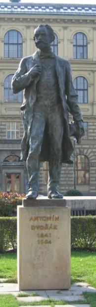 Statue d'Antonin Dvorak face au Rudolfinum de Prague. Photo (c) Jonathan Hornung