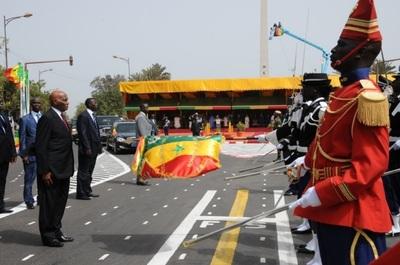 Le Président Wade saluant le drapeau (C) Elhadji Babacar Mbengue