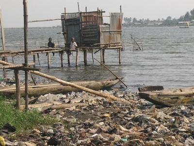 La berge lagunaire de Cotonou est occupée par des populations produisant des déchets ménagers et fécaux. Photo (c) G.L.