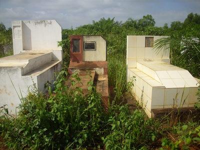 L'abandon dans lequel végètent certains cimetières, comme ici à Dangbo, explique parfois les inhumations à domicile