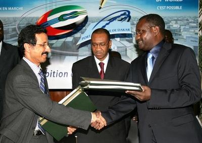 Echanges de documents lors de la cérémonie de signature de la convention de concession entre PAD et DPWorld. Photo (c) DR
