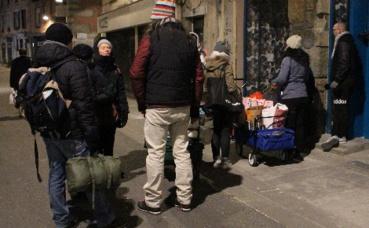 Distribution de boissons chaudes par les bénévoles. Photo (c) Anaïs Mariotti