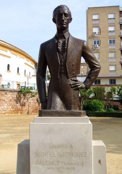 Statue de Manolete devant les arènes de Linares. Photo (c) DR