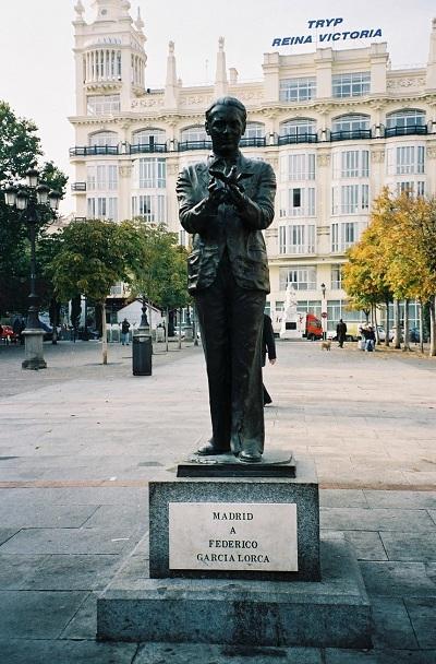 Statue de Federico García Lorca (1898–1936) sur la Plaza de Santa Ana à Madrid. Oeuvre du sculpteur Julio López Hernández 1986. Photo (c) DR