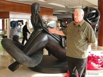 Image symbolique de l'artiste devant son oeuvre. Photo (c) Eva Esztergar