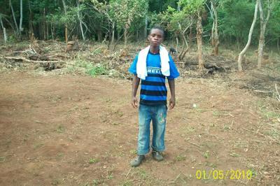 Un bel exemple d'intégration Alphonse pygmée Baka intrépide et talentueux footballeur du PROMEAC. Photo (c) Joseph ETOAA