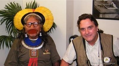 Raoni et Jean-Pierre Dutilleux, avant leur conférence à la FNAC Monaco. Photo (c) Eva Esztergar