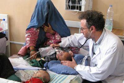 Un médecin examine un enfant à l'Hôpital Mirwais à Kandahar, en Afghanistan © ICRC / J. Powell