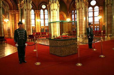 La couronne hongroise sous les ors du parlement. Photo (c) Karelj