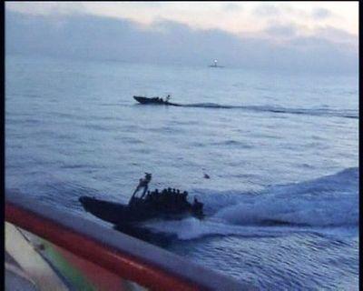 Les commandos israéliens se préparent à donner l'assaut à un des navires d'aide alimentaire, lundi 31 mai au petit matin. © BELGA/EPA/Cihan