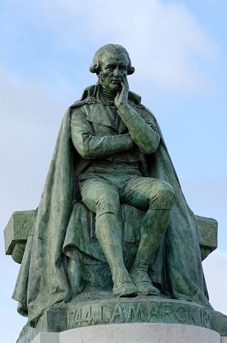 Statue du naturaliste français Jean-Baptiste de Lamarck par Léon Fagel. Bronze, 1908. Face à l'entrée de la place Valhubert du Jardin des Plantes de Paris.