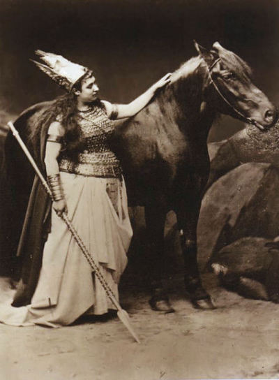 Amalia Materna, la première interprète de Brünnhilde à Bayreuth avec Cocotte tenant le rôle du cheval Grane. Photo de Josef Albert