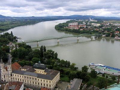 Le pont Maria Valeria, enjambant le Danube entre la Hongrie et la Slovaquie, tout un symbole pour le Most-Hid (photo Wikipedia commons, Ervín Pospíšil)