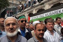 Les participants aux obsèques, le 4 juin dans une mosquée d'Istanbul, de huit des neuf hommes turcs tués dans un raid du commando israélien lancé sur une flottille d'aide se dirigeant vers Gaza. (Photo et texte : Yigal Schleifer)