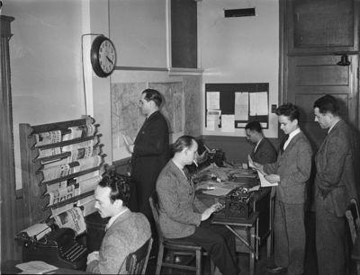 Journalistes au travail dans les années 1940. Photo (c) Conrad Poirier.