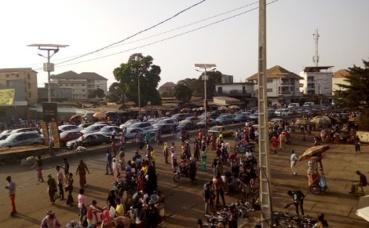 Embouteillage et pénurie de transports en commun au rond-point de Cosa (Conakry, Guinée). Photo (c) Boubacar Barry