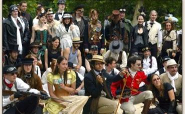 Rassemblement de passionnés en costume. Photo (c) Leonarius