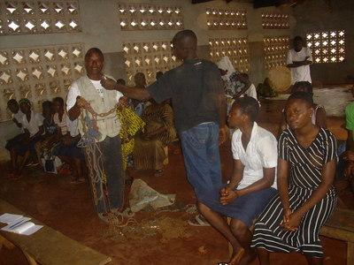 Grégroire Ahouangonon montrant les chaînes dans lesquelles les malades étaient jadis enchainées avant leur accueil dans ses différents centres. (Crédits: Eric GANSA)