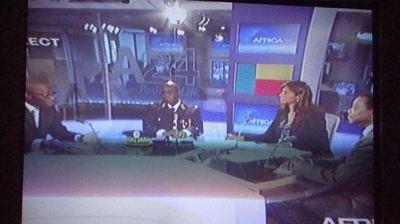 Studio télévision Africa 24 (Paris) recevant des invités béninois le jour du cinquantenaire invitant à la réalisation des Etats-unis d'Afrique. (IS)