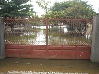 un collège inondé dans un quartier de Cotonou (photo Le Municipal)