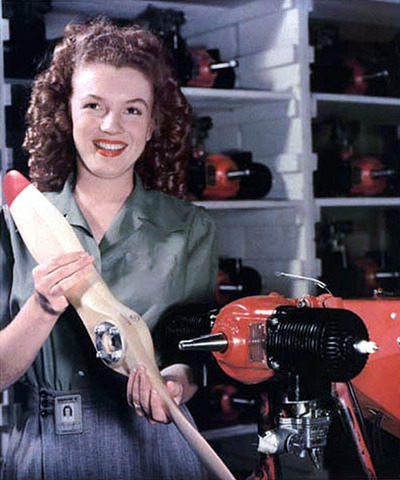 Photo prise par David Conover le 26 juin 1945 pour l'hebdomadaire militaire YANK, elle représente Norma Jean Dougherty, James «Jim» Dougherty était le premier mari de la future Marilyn