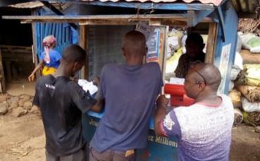 Des parieurs à Conakry. Photo prise par Boubacar Barry.