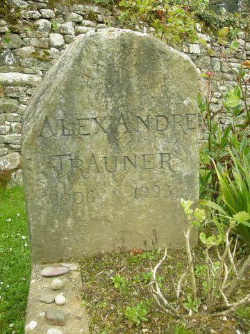 Tombe d'Alexandre Trauner, non loin de celle de Jacques Prévert au cimetière d'Omonville-la-Petite, le 18 avril 2008