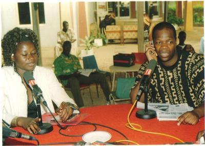 Amobey avant son interview avec Piane Djiré chanteuse burkinabè au Fespaco 2005 (photo personnelle)