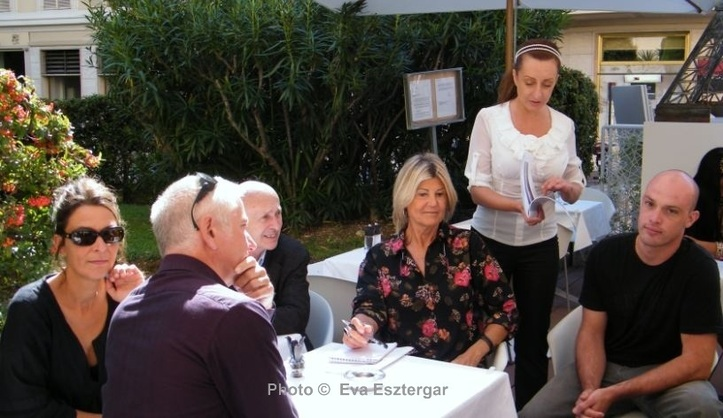 Les artistes français à la terrasse de la galerie Sem-Art. Photo (c) Eva Esztergar