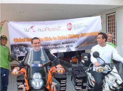 25000 kilomètres. 11 pays. 2 amis. 1 cause. 4 continents à moto de Sydney à Paris.