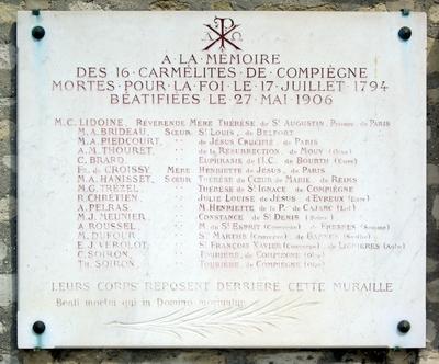 Plaque en mémoire des 16 Carmélites de Compègne au cimetière de Paicpus, dans le XIIe arrondissement de Paris. Photo du 28 mai 2010