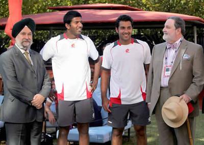 Le représentant de l'Inde auprès des Nations Unies Hardeep Singh Puri, Rohan Bopanna d'Inde, Aisam-Ul-Haq Qureshi du Pakistan, et le représentant du Pakistan auprès des Nations Unies Abdullah H. Haroon. Photo (c) Jay Mandal pour l'ATP World Tour