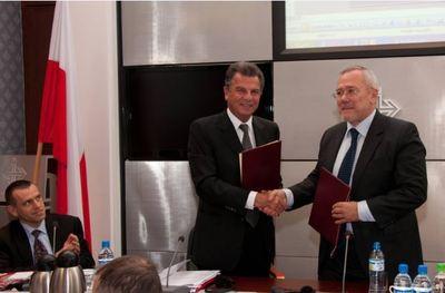 Poignée de mains entre les Présidents des Chambres de Pologne et de Monaco, Andrzej Arendarski et Michel Dotta. Photo courtoisie CDE