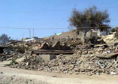 Source: Effets du tremblement de terre du 15 août 2007 au Pérou, d'une magnitude de 8.0. La photographie a été prise une semaine après le tremblement de terre sur la route panaméricaine, entre Ica et Lima de Martin St-Amant (S23678)