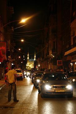 Quartier festif de Gemmayzé avec au fond la Mosquée Al-Amine du centre-ville de Beyrouth. Photo (c) Jean-Luc Vannier