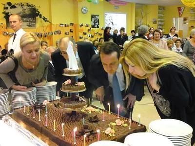 Le moment de souffler les bougies. Photo (c) Eva Esztergar