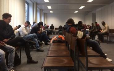 Demandeurs d'asile dans une salle d'attente du bureau de BAMF à Düsseldorf. Photo prise par Erick Salemon Bassène en 2017