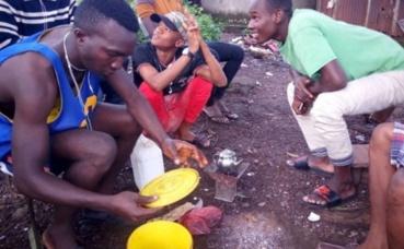 Des jeunes du quartier Matoto (Conakry) autour de la théière ataya. Photo prise par l'auteur.