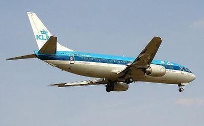 Boeing 737-400 KLM s'apprêtant à atterrir à l'aéroport Heathrow de Londres, photo prise par Adrian Pingstone en août 2002