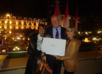 SEM Michel Roger Ministre d'Etat, entouré de Mme Yvette Gazza-Cellario écrivain monégasque et Mme Eva Esztergar, rédactrice en chef , résidente monégasque, lors de la présentation de la campagne. Photo courtoisie.