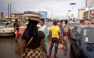 Vendeurs à la sauvette à Conakry. Photo (c) Boubacar Barry