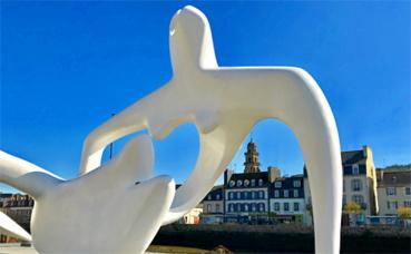 """""""Large recling figure"""", sculpture de 3 mètres sur 9 mètres en fibre de verre (1984), présentée sur les bords de l'Elom à Landerneau. Photo (c) Charlotte Service-Longépé"""