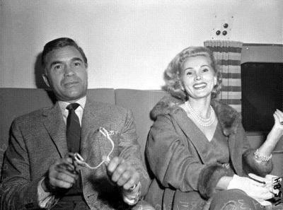 Zsa Zsa Gabor et le play boy Porfirio Rubirosa Ariza en 1954, photo parue dans le Los Angeles Times