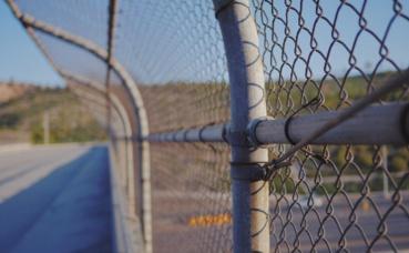 Alors que certains construisent des murs d'autres ouvrent leur porte ! © Cole Patrick