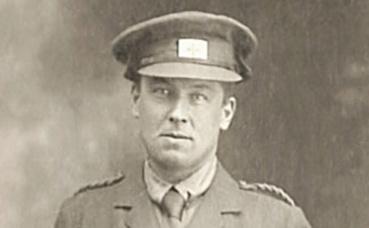 Robert W. Service en uniforme de la Croix-Rouge 1915. (c) Charlotte Service-Longépé