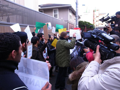 Manifestation anti-massacres à Tokyo le 23 février 2011 devant l'ambassade de Libye. (c) Hajime Nakano