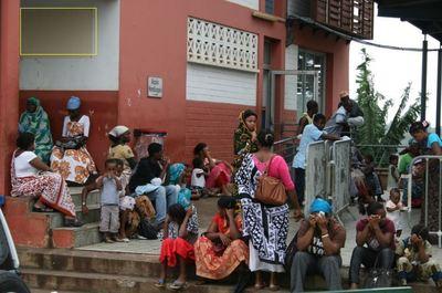 Exemple d'une file d'attente à Mayotte (c) Emmanuel Tusevo-Diasamvu