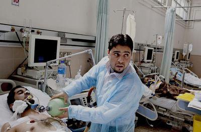 Hôpital Al-Jalaa, Benghazi, dimanche 27 février 2011. Un médecin libyen prodigue des soins à un patient à l'unité de traumatologie. (c) Croix - Rouge canadienne