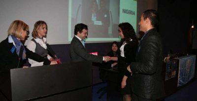 Jérôme FROISSART, Directeur de la Coopération Internationale (Département des Relations Extérieures), félicitant les lauréats de l'IEP Campus Menton (c) Centre de Presse