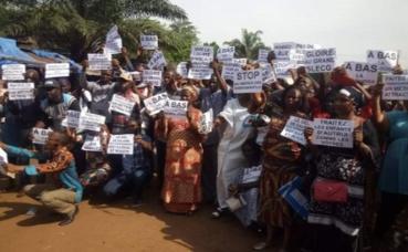 Sit-in des enseignants devant la DCE de Dixinn à Donka (c) Boubacar Barry